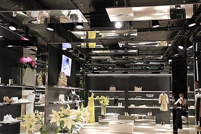Innovativ innertakslösning i butik med kromad plåt